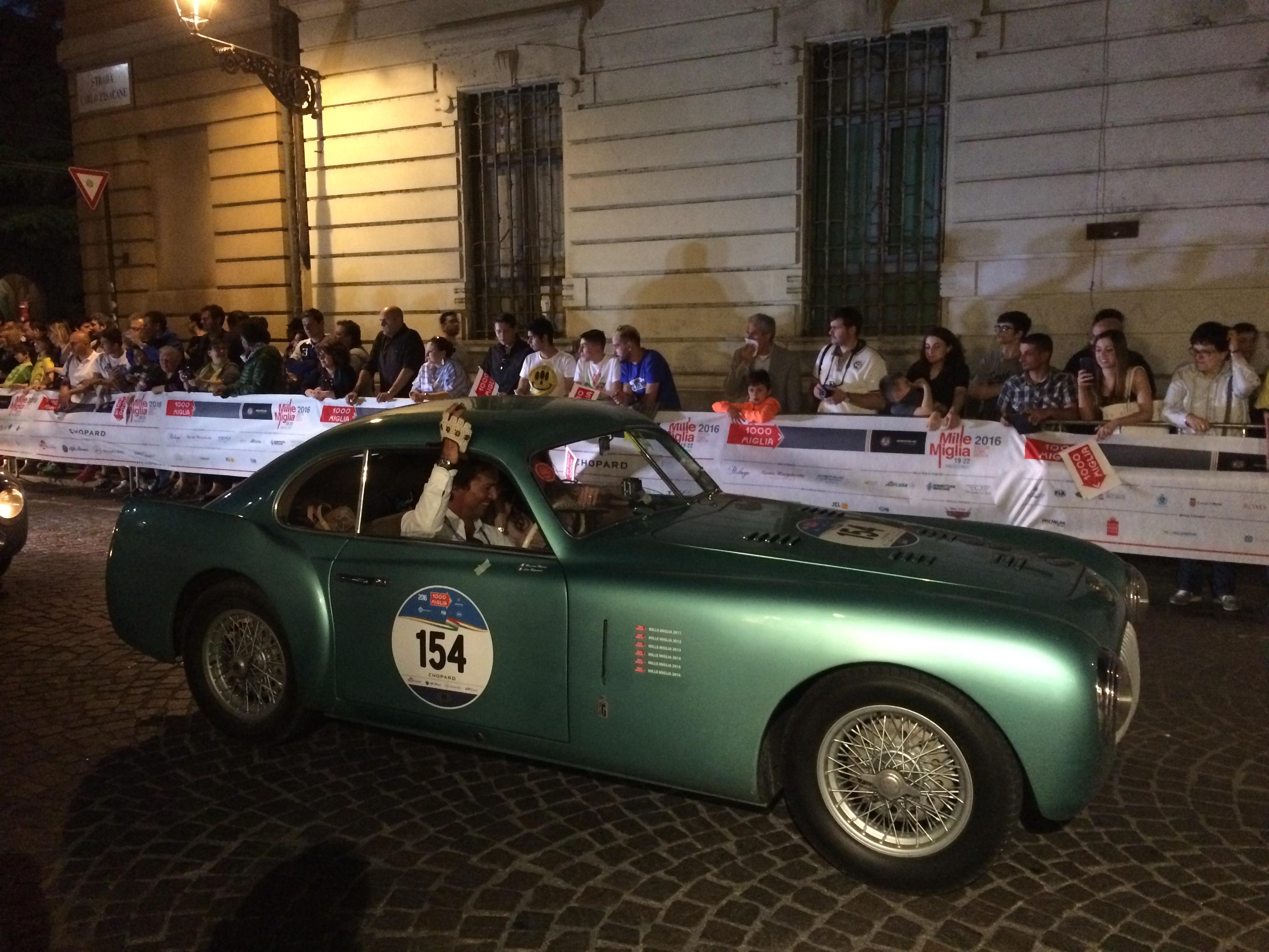 Mille Miglia veteranbilar kör in i Parma