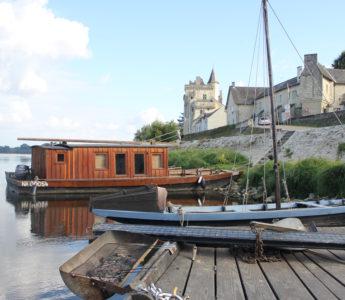 Charmiga båtar för stilla färd på floden Loire. Resa i Frankrike