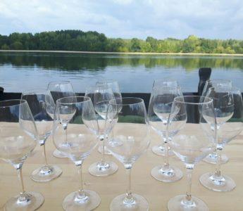 Vinprovning under båttur på floden Loire i Frankrike